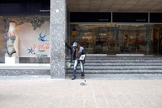 foto straatkrantverkoper Bijenkorf Rotterdam van Carel van Hees