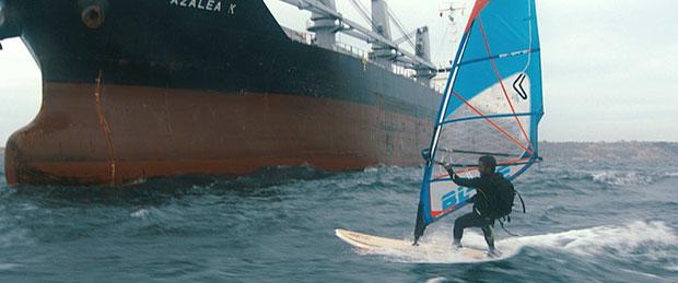 surfer-voor-schip-Atlantic-Jan-Willem-van-Ewijk